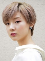 襟足長めハイトーンの大人ショートヘア(髪型ショートヘア)