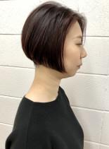 赤髪・個性的な前下がり大人ショートカット(髪型ショートヘア)