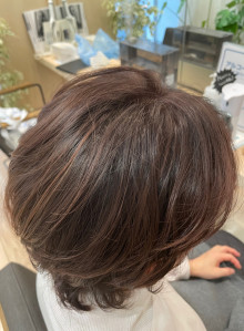 脱白髪染めで透明感カラー