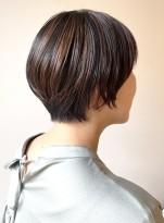 ハイライトカラーのショートヘアスタイル