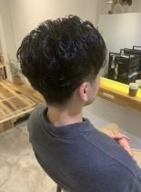 黒髪パーマのセンターパートヘア(髪型メンズ)