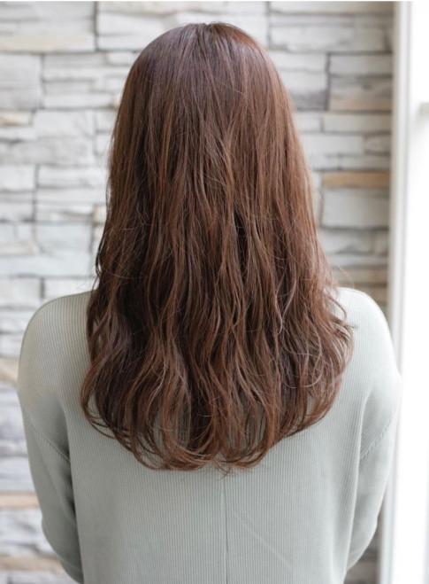 ウェットな質感でヘルシーな色気を出すヘア(ビューティーナビ)