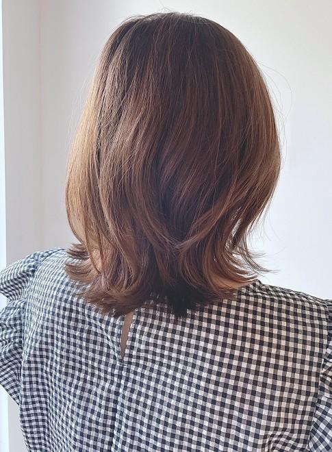 肩上のくびれミディアムボブスタイル(ビューティーナビ)