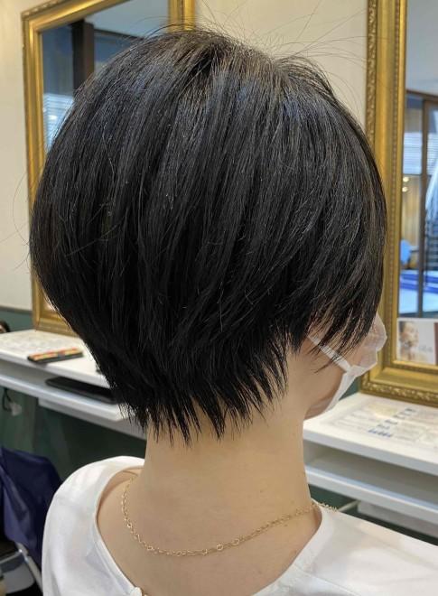キャリアウーマンの黒髪軽やかショート(ビューティーナビ)
