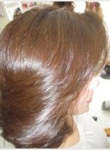流れる毛流れに光が反射(髪型ミディアム)